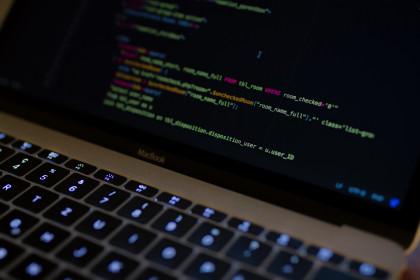 ordinateur-code-webradio-unsplash
