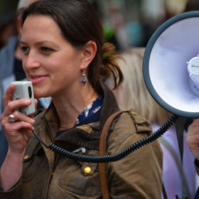 person-instrument-communication-speaker-device-broadcast-598757-carre