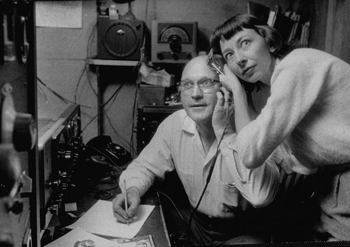 Dick Oberholtzer, opérateur radio amateur, et sa femme écoutant les signaux radio de Spoutnik I.