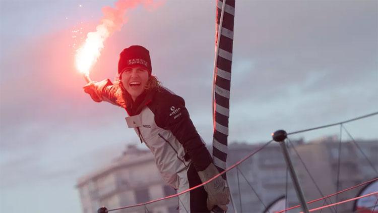 Clarisse-Cremer-après-avoir-franchi-la-ligne-d'arrivée-du-Vendée-Globe-au-large-des-Sables-d'Olonne,-le-3-février-2021.-FRANCIENFO-LOIC-VENANCE--AFP